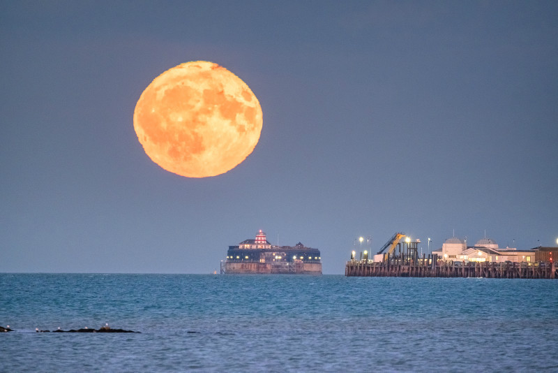 z3123 The Rising Harvest Moon over the Solent - Latest Photos